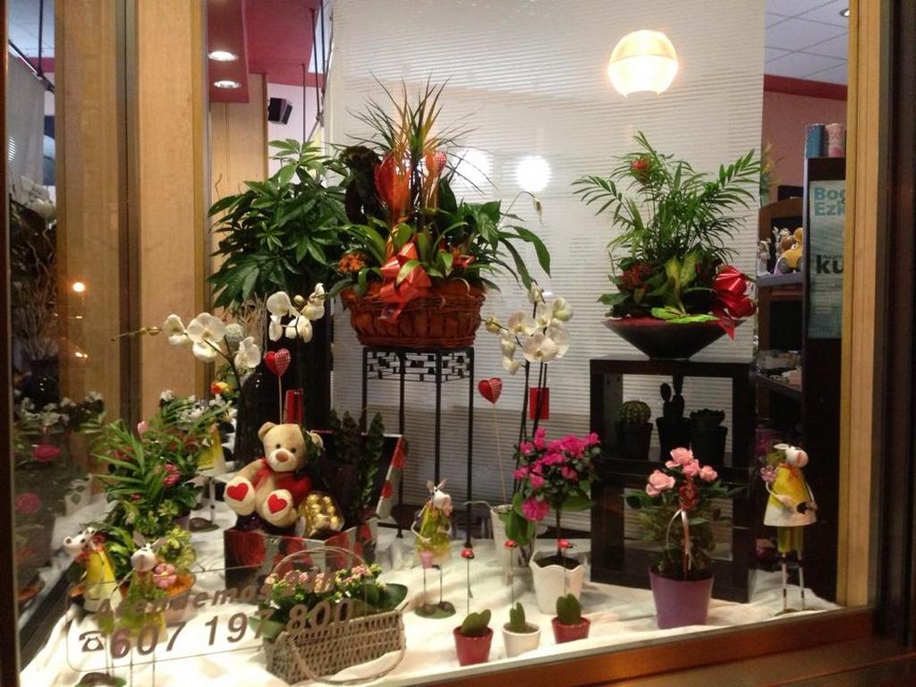 Escaparate planta st valentin floristeria zinnia - Adornos de navidad para escaparates ...